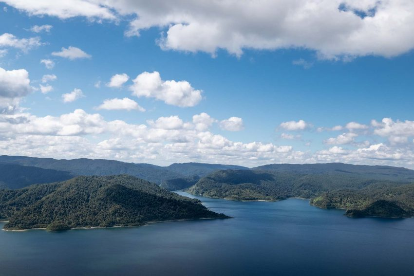 005 Jonny Baker Lake Waikaremoana A Complete Guide to New Zealand's Great Walks